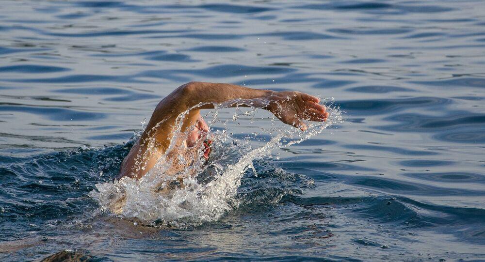 Un homme nage (image d'illustration)