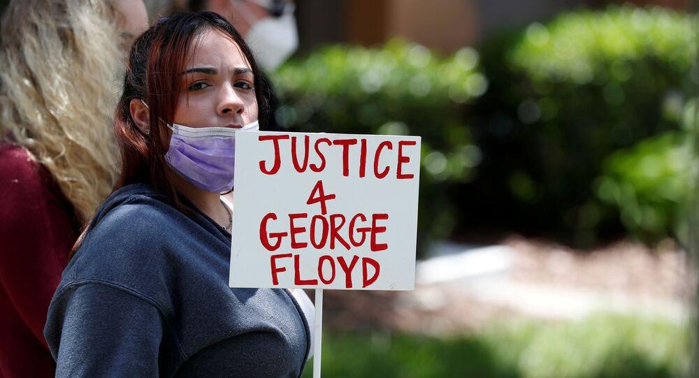 Une manifestante réclamant la justice pour George Floyd