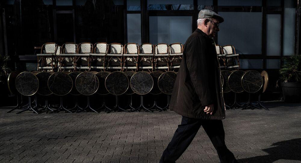 Un homme passe devant un restaurant fermé à Lyon, mars 2020