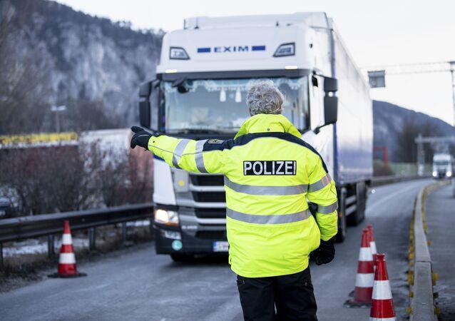 Un policier allemand sur la frontière. Image d'illustration