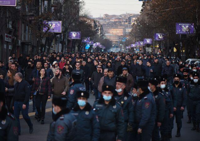 Une marche de l'opposition à Erevan, le 27 février 2021
