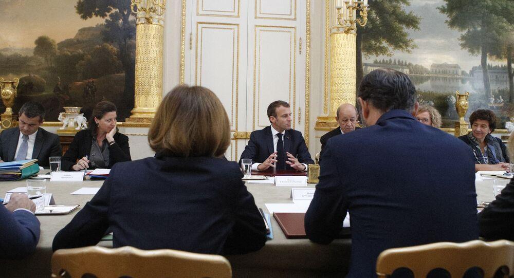 Le Président français Emmanuel Macron en train de présider un Conseil des ministres