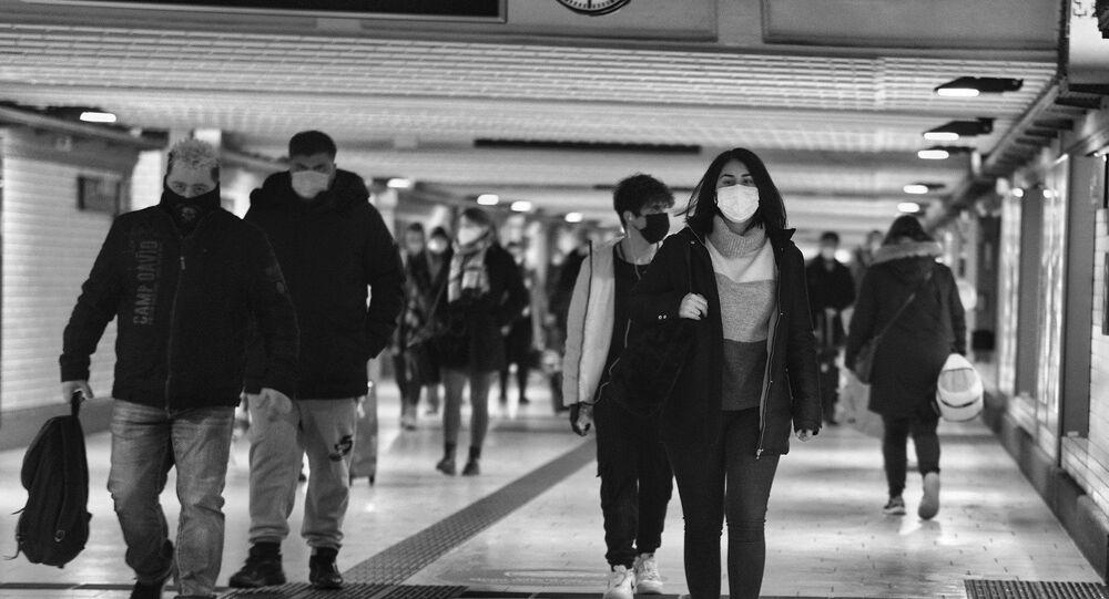 Des personnes en masques