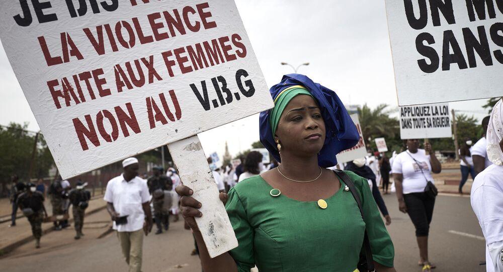 Une femme malienne proteste contre les violences faites aux femmes