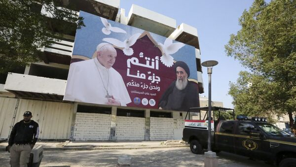 A giant billboard bears portraits of Pope Francis and Grand Ayatollah Ali Sistani in Baghdad on March 3, 2021 - Sputnik France