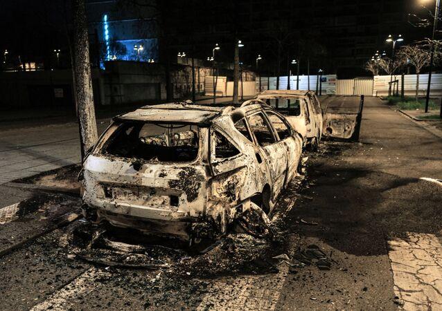 Voiture brûlée à Bron pendant la nuit de violences