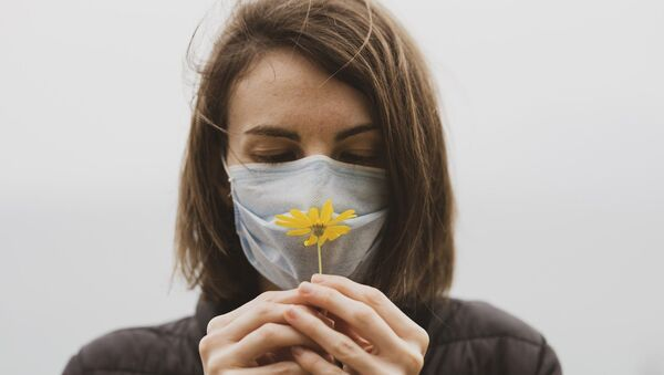 Une femme qui porte un masque - Sputnik France