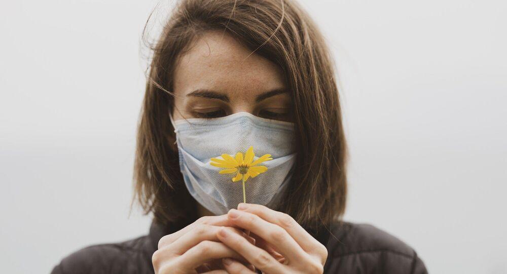 Une femme qui porte un masque