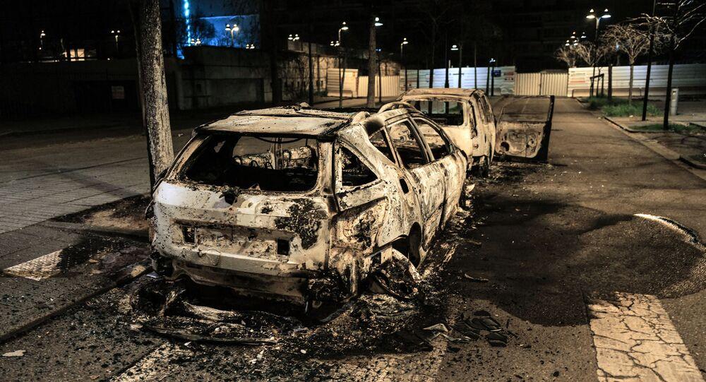 Une voiture brûlée à la suite d'une nuit d'émeutes à Bron dans la métropole lyonnaise, le 6 mars 2021