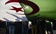 Des manifestants algériens brandissent le drapeau national lors d'une manifestation dans la capitale Alger, le 28 février 2020. - Des manifestations de masse ont éclaté en Algérie il y a un an samedi dernier, en réponse au président Abdelaziz Bouteflika qui a annoncé son intention de briguer un cinquième mandat après 20 ans au pouvoir -- bien qu'il soit affaibli par un accident vasculaire cérébral survenu en 2013. (Photo par RYAD KRAMDI / AFP)