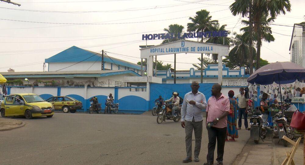 Des conducteurs de mototaxi et des usagers à l'entrée de l'hôpital Laquintinie de Douala