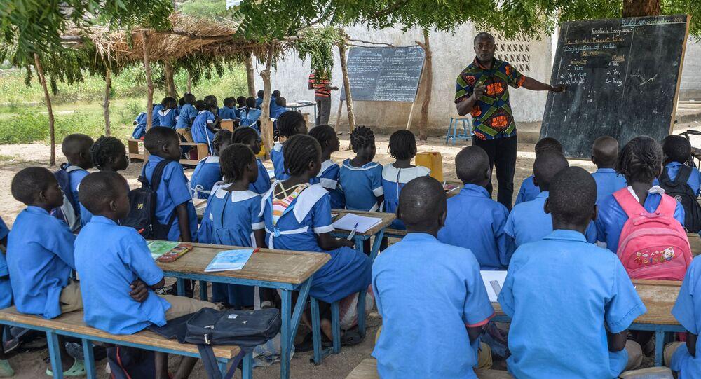 Leçon dans une école camerounaise, image d'illustration