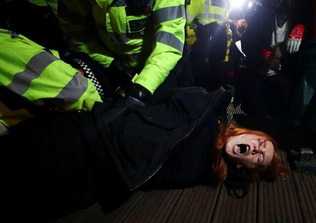 La police interpelle une participante à la veillée aux bougies en l'hommage d'une Londonienne tuée