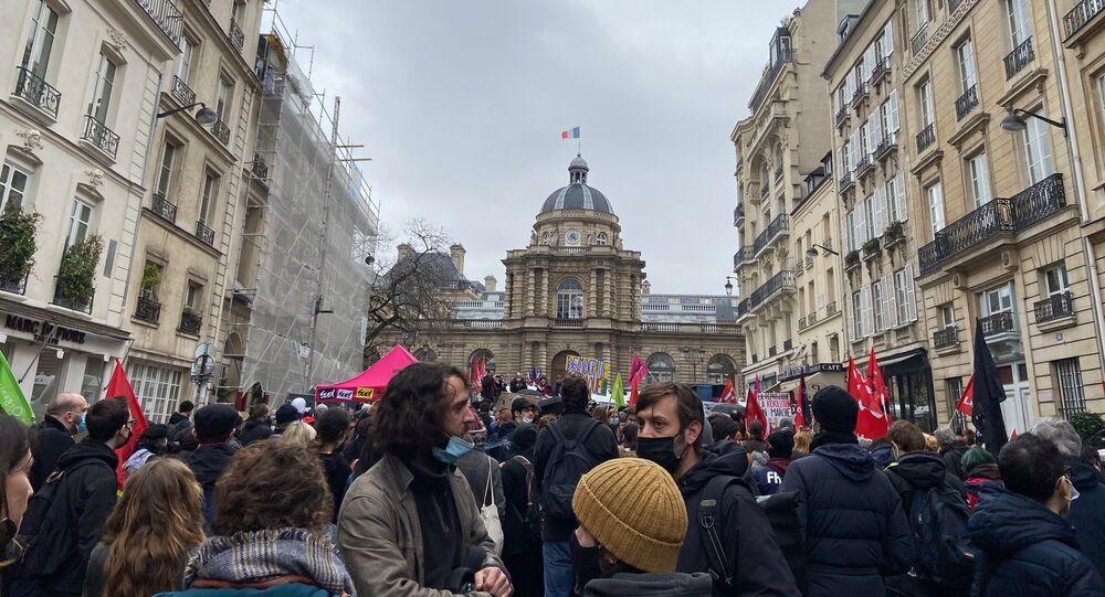 Un rassemblement contre la loi Sécurité globale se tient devant le Sénat à Paris, le 16 mars 2021