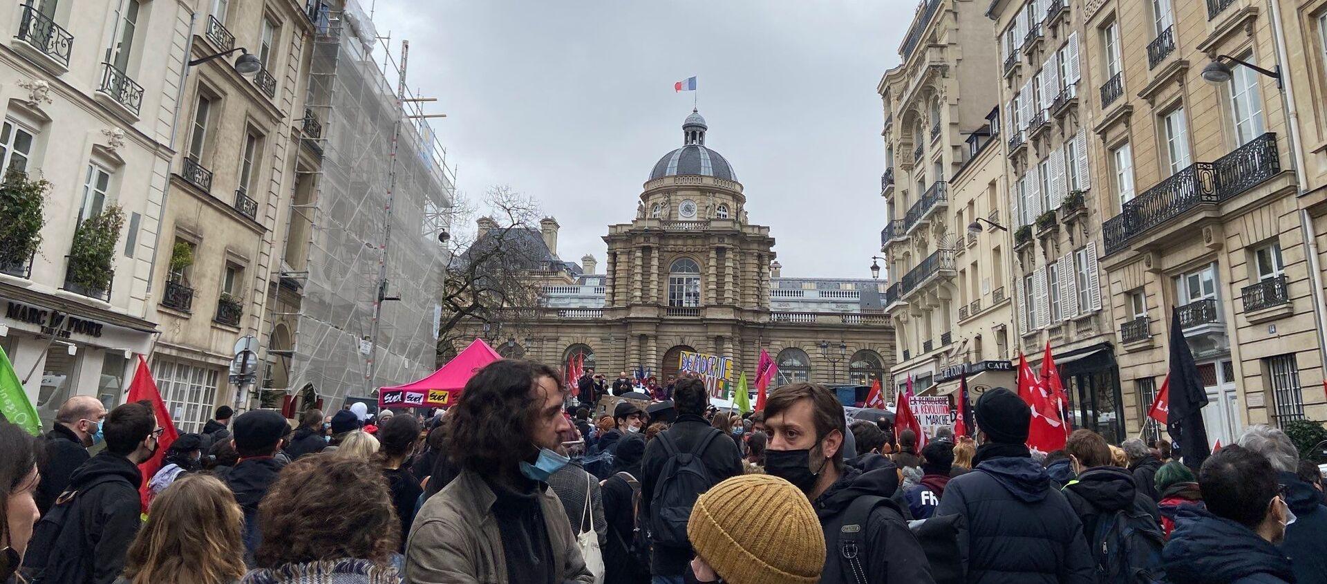 Un rassemblement contre la loi Sécurité globale se tient devant le Sénat à Paris, le 16 mars 2021 - Sputnik France, 1920, 16.03.2021