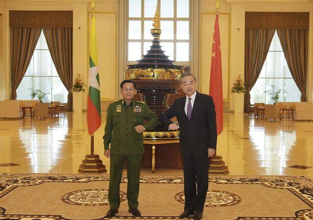 Wang Yi et Min Aung Hlaing au Myanmar le 12 janvier 2021