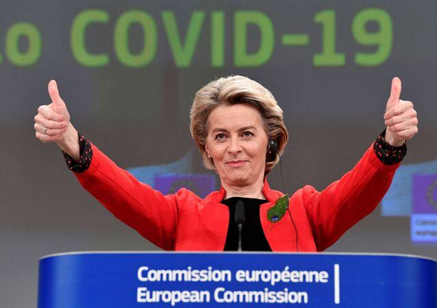 La présidente de la Commission européenne Ursula von der Leyen, s'exprime lors d'une conférence de presse à la suite d'une réunion du collège visant à introduire un projet de législation sur un certificat commun de vaccination Covid-19 de l'UE, au siège de l'UE à Bruxelles, le 17 mars 2021.