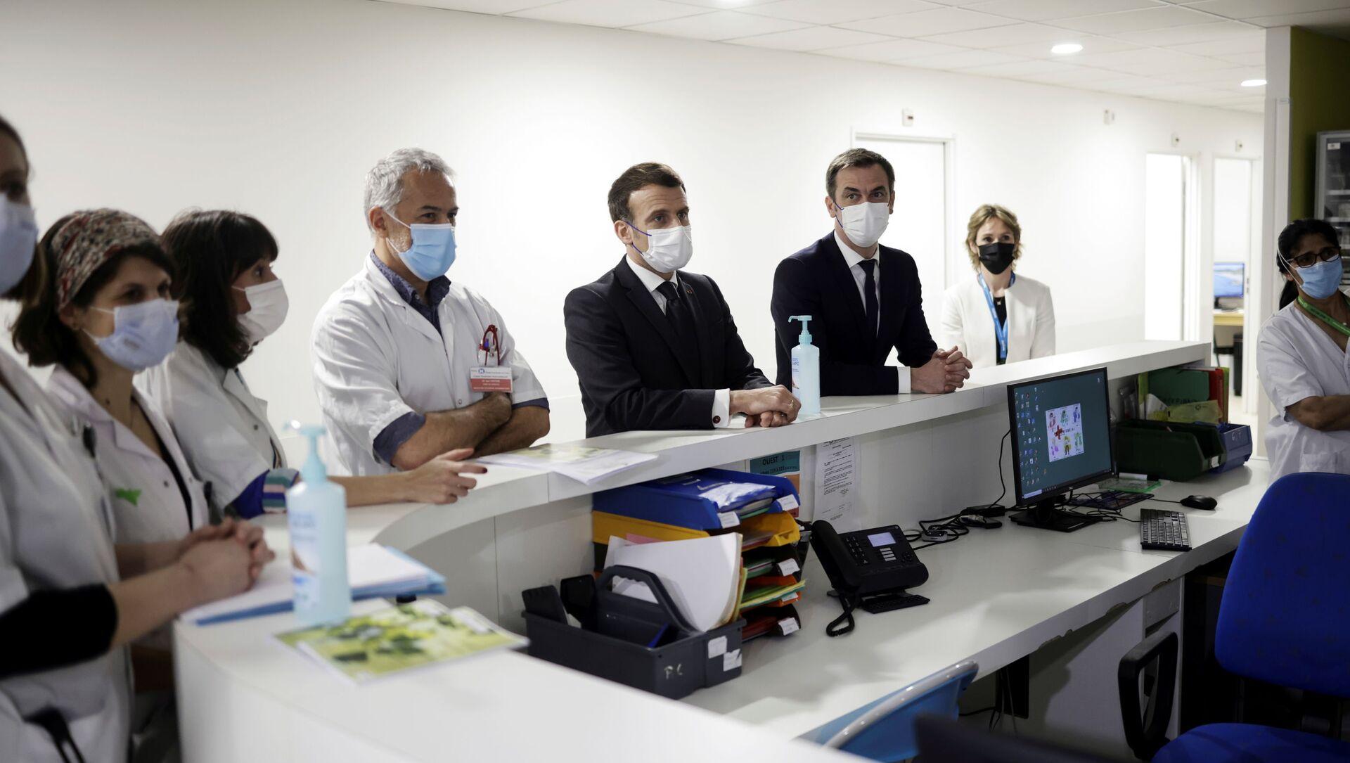Emmanuel Macron et Olivier Véran lors de la visite de l'hôpital intercommunal de Poissy-Saint-Germain-en-Laye - Sputnik France, 1920, 17.03.2021
