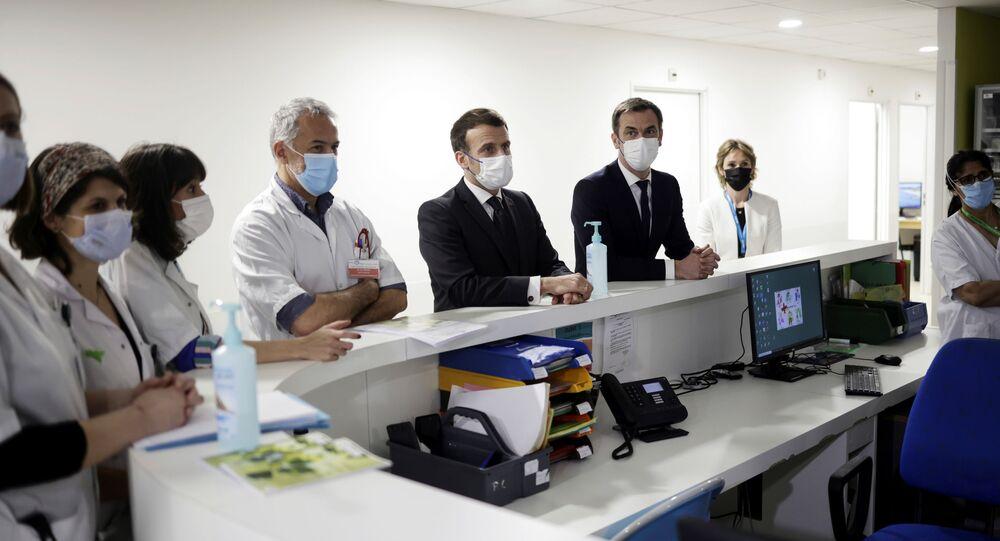 Emmanuel Macron et Olivier Véran lors de la visite de l'hôpital intercommunal de Poissy-Saint-Germain-en-Laye