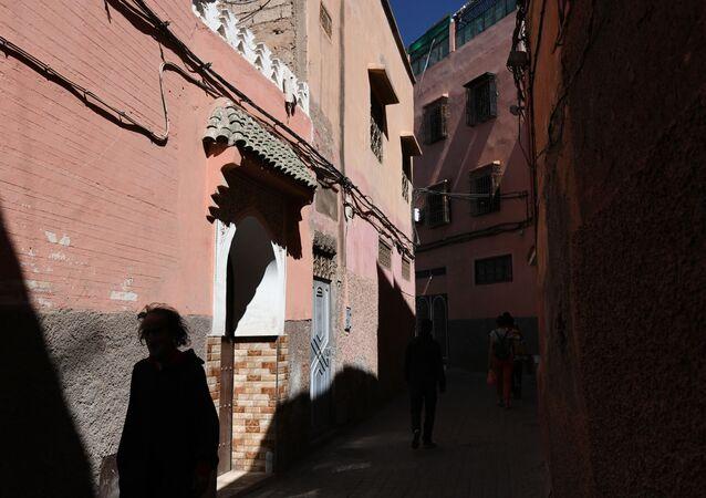 Passante dans l'une des rues de Marrakech