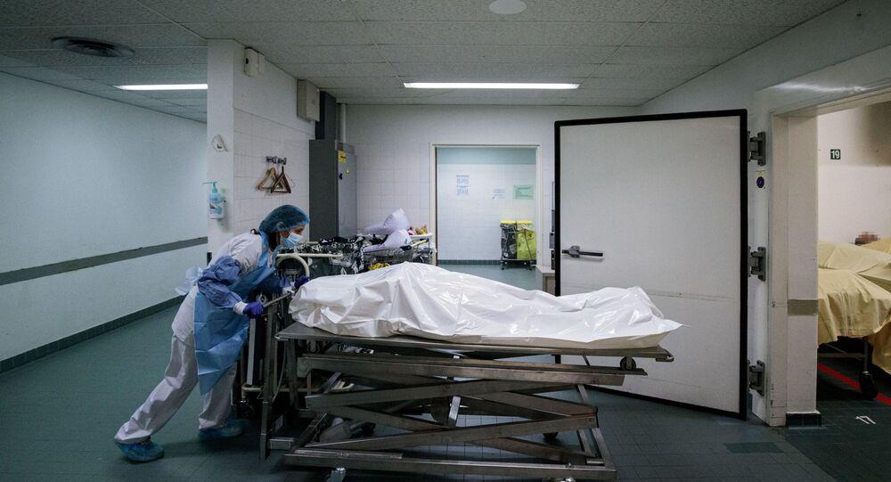 Un membre du personnel médical déplace le corps d'un patient décédé du Covid-19.