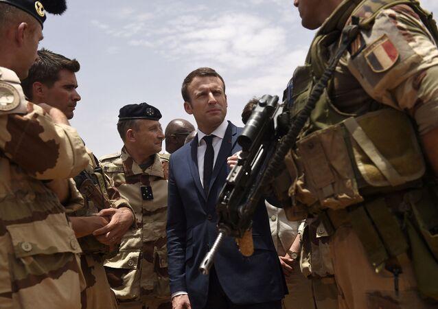 Le Président Emmanuel Macron rend visite aux hommes de l'opération Barkhane à Gao, 19 mai 2017. (Photo by CHRISTOPHE PETIT TESSON / POOL / AFP)