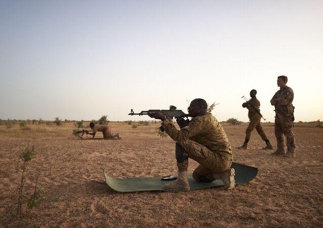 Entrainement au tir de soldats burkinabés avec l'armée française, 12 novembre 2019. (MICHELE CATTANI / AFP)