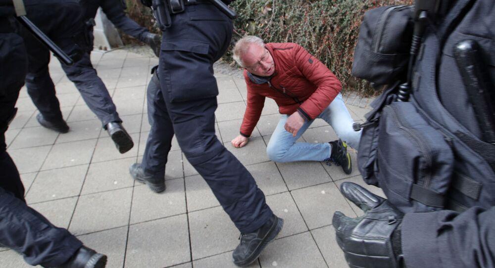 Heurts avec la police lors d'un rassemblement contre les restrictions anti-Covid dans la ville allemande de Cassel, le 20 mars
