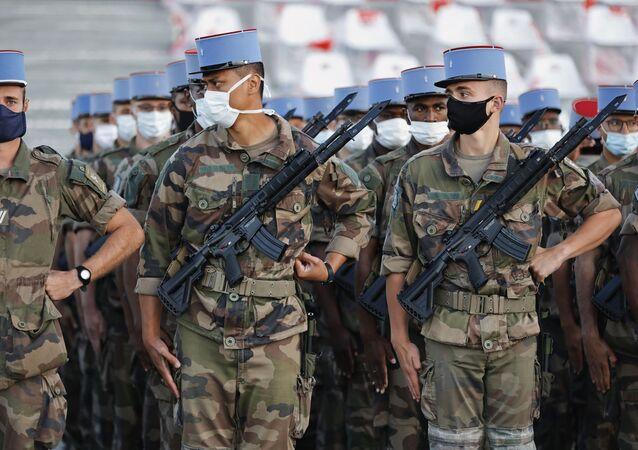 Des soldats du 2e régiment de dragons qui ont été mobilisés dans la lutte contre l'épidémie, le 14 juillet 2020