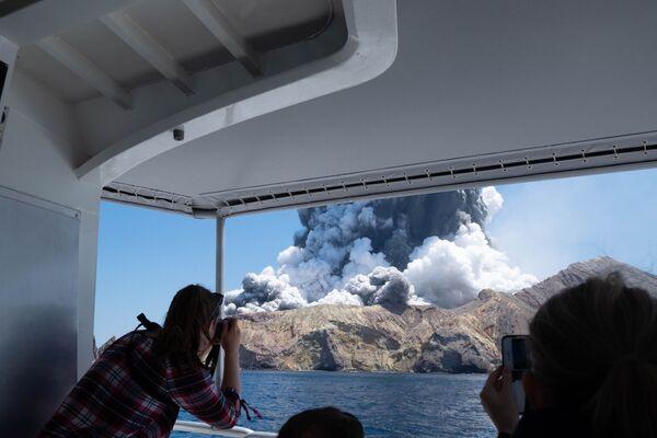 Photos explosives et émotions fortes: à quoi sont prêts les touristes pour photographier une éruption volcanique   - Sputnik France