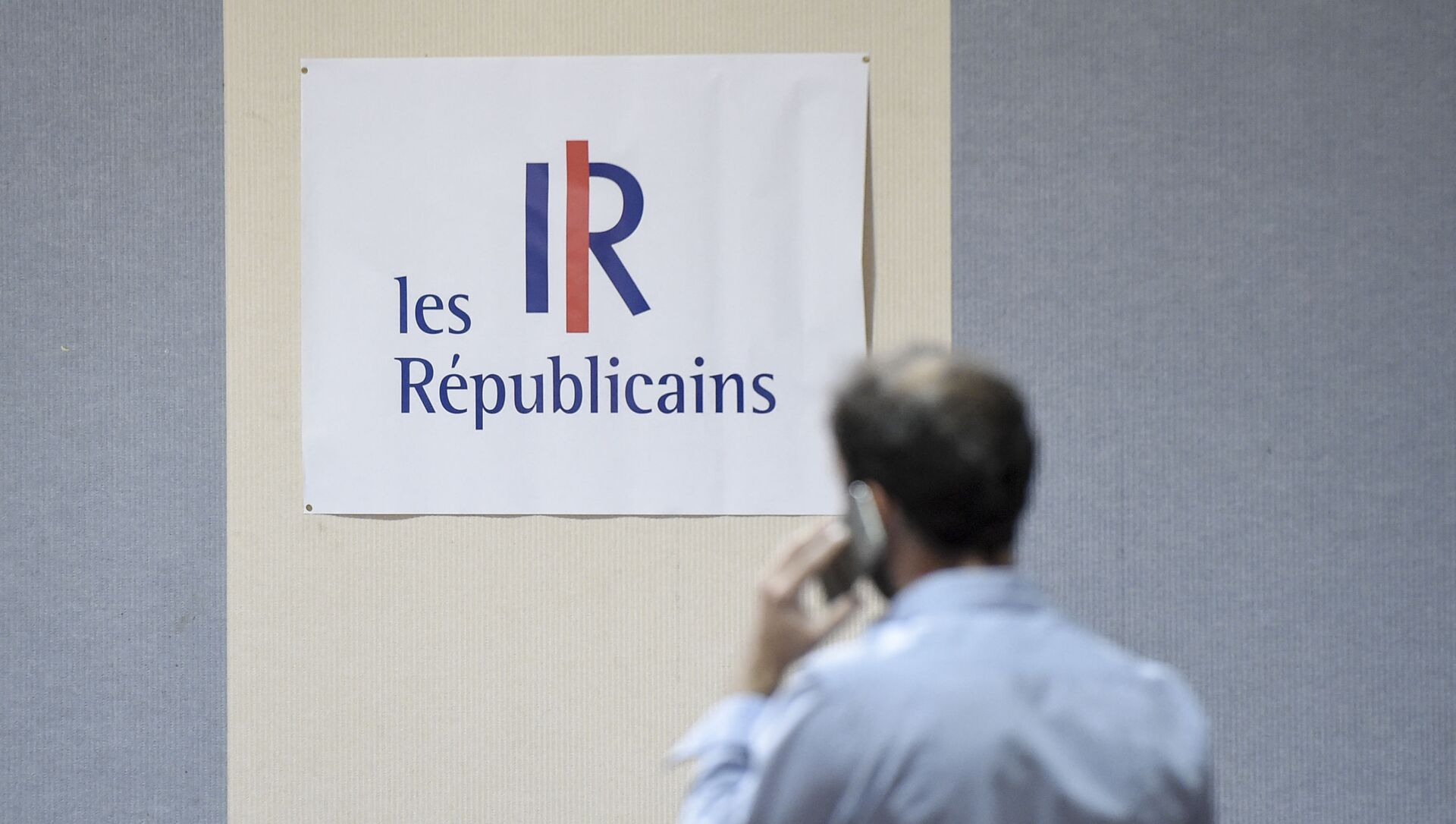 Un homme devant le logo les républicains (LR) - Sputnik France, 1920, 25.03.2021