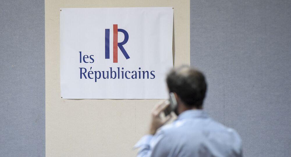 Un homme devant le logo les républicains (LR)