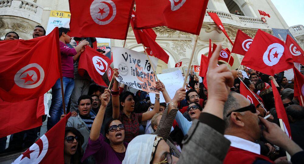Des Tunisiens brandissent des drapeaux du pays lors d'une manifestation à Tunis (archives)