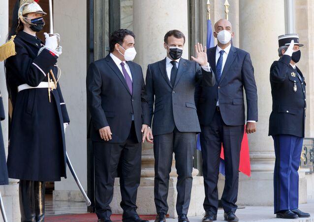 Le président français Emmanuel Macron pose avec les dirigeants intérimaires de la Libye Mohamed El-Menfi et Musa al-Koni