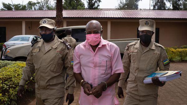 Paul Rusesabagina, en uniforme rose de détenu, arrive à la Cour de justice de Nyarugenge à Kigali, le 2 octobre 2020 - Sputnik France