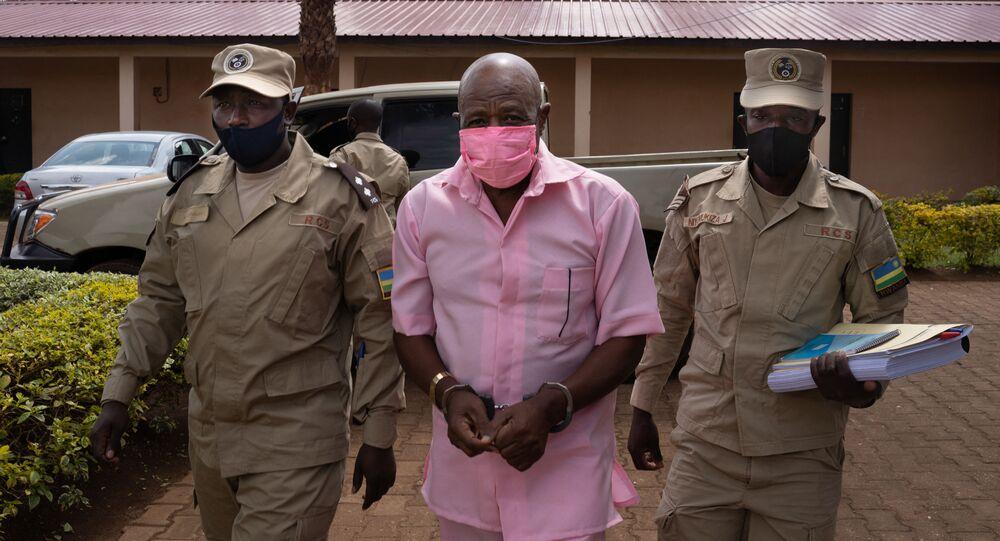 Paul Rusesabagina, en uniforme rose de détenu, arrive à la Cour de justice de Nyarugenge à Kigali, le 2 octobre 2020