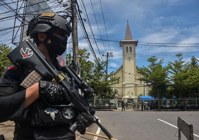 Un policier près de la cathédrale de la ville indonésienne de Makassar