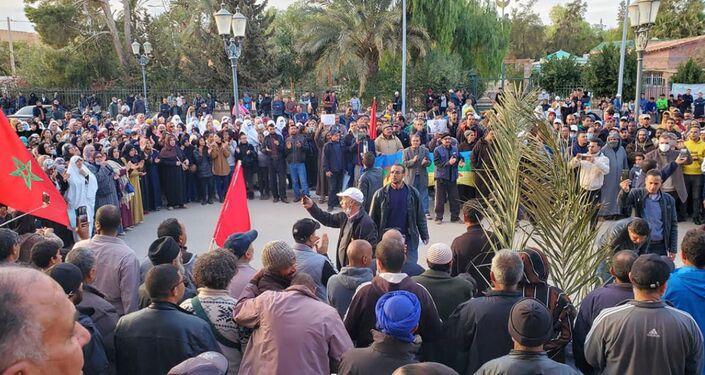 Des vues de la marche et du sit-in qui s'en est suivi, jeudi 18 mars à Figuig, à l'extrême-est du Maroc.