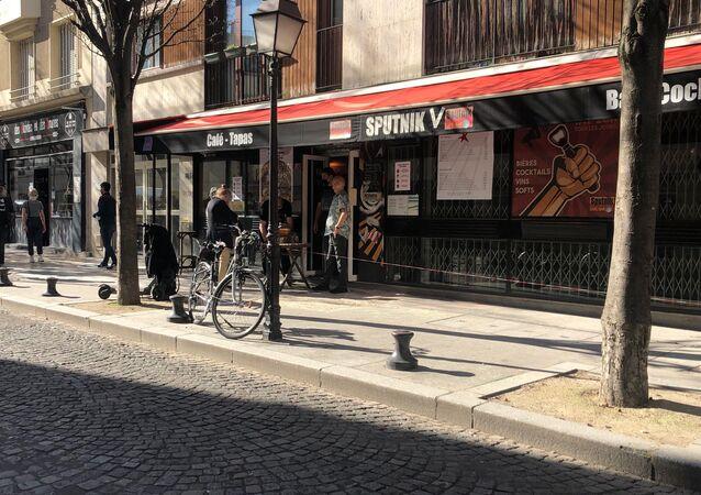 Le bar parisien «Sputnik» devient «Sputnik V» pour affirmer que «plus on a des vaccins, mieux c'est»