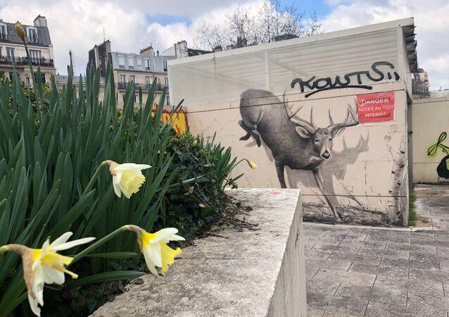 Une fresque murale sur la Promenade plantée, Paris