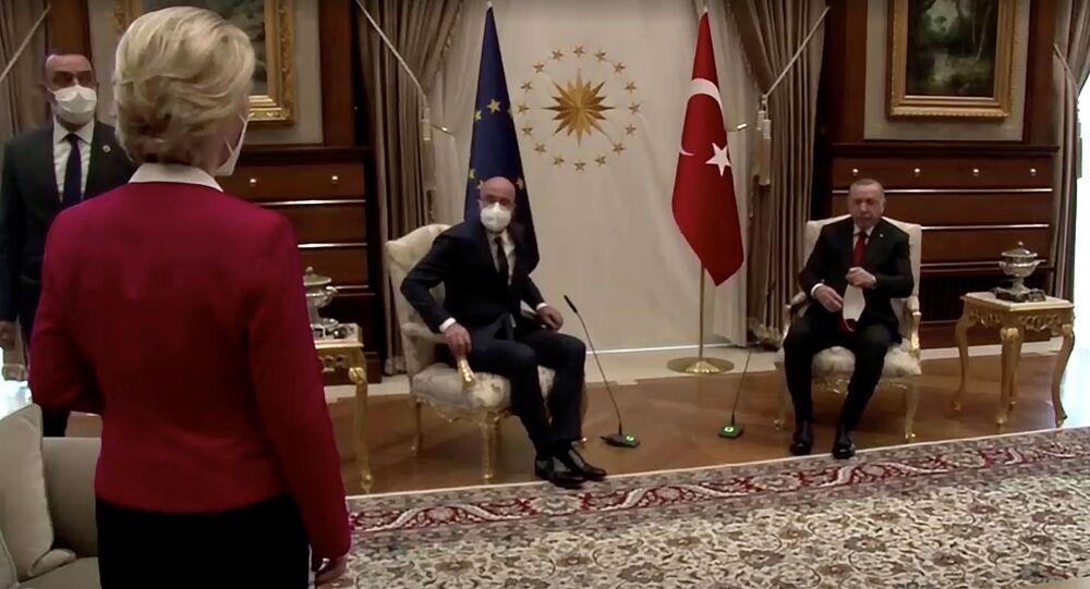 La présidente de la Commission européenne, Ursula von der Leyen, se tient debout alors que le président du Conseil européen, Charles Michel, et le président turc, Tayyip Erdogan, prennent place à Ankara, en Turquie, le 6 avril 2021, dans cette capture d'écran obtenue par Reuters. Union européenne/via REUTERS TV ATTENTION AUX RÉDACTEURS - CETTE IMAGE A ÉTÉ FOURNIE PAR UN TIERS. CRÉDIT OBLIGATOIRE. PAS DE REVENTE. PAS D'ARCHIVES.