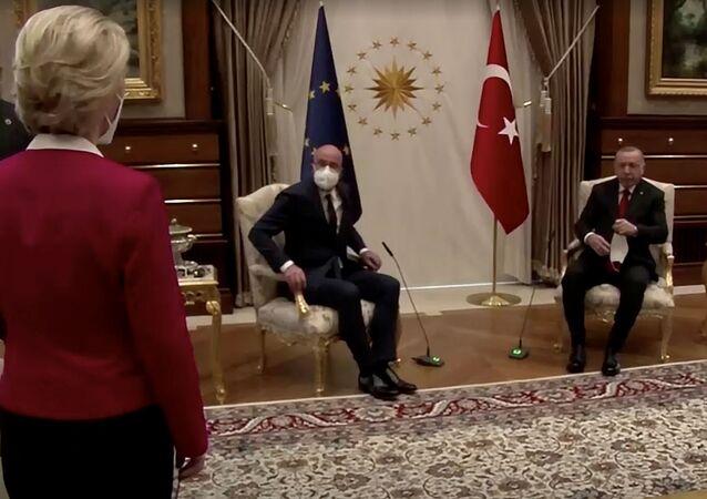Ursula von der Leyen se tient debout alors que Charles Michel et Recep Tayyip Erdogan, prennent place à Ankara, le 6 avril 2021