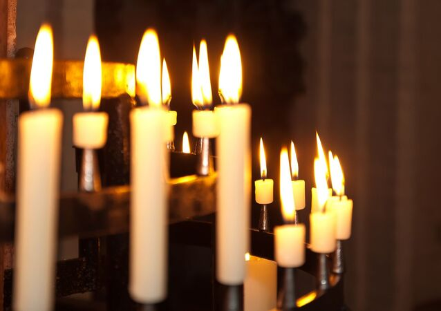 Des bougies dans une église