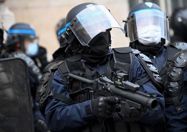 Un policier armé d'un lanceur de balles de défense
