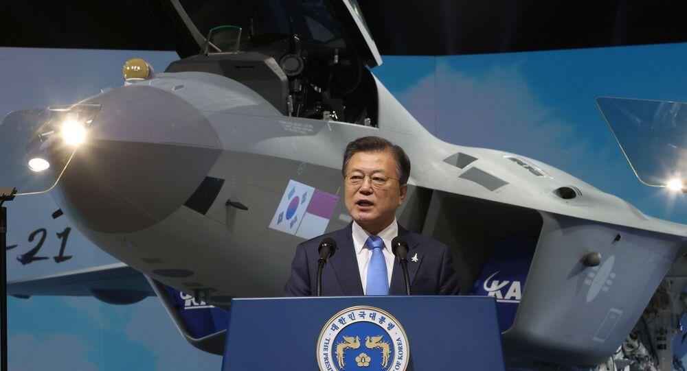 Moon Jae-in lors de la présentation du prototype du chasseur sud-coréen KF-21 à Sacheon, 9 avril 2021