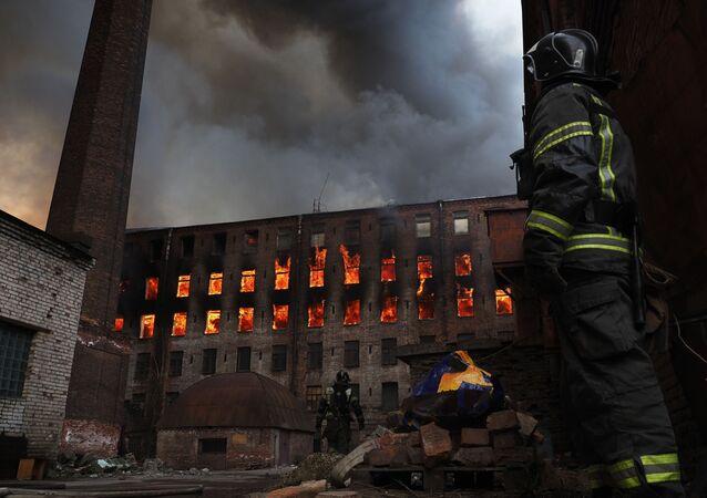Un incendie à la fabrique historique Nevskaïa Manoufaktoura de Saint-Pétersbourg, le 12 avril 2021