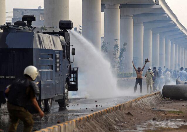 la police disperse des milliers de manifestants à Lahore