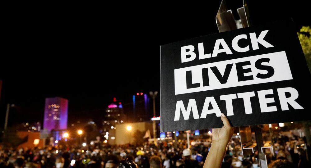 Une pancarte de Black Lives Matter tenue par un manifestant à New York, le 6 septembre 2020