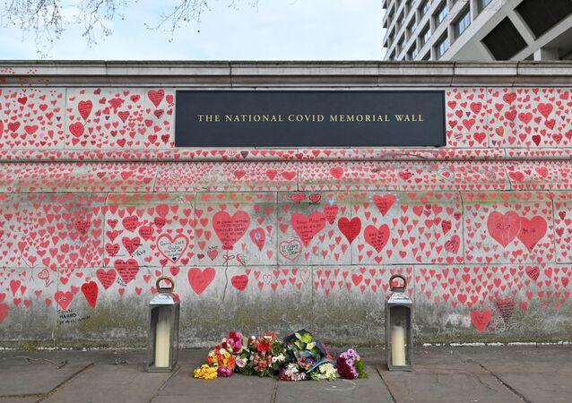 Mur commémoratif national  en mémoire des victimes du Covid sur la digue de la rive sud de la Tamise à Londres, le 8 avril 2021.