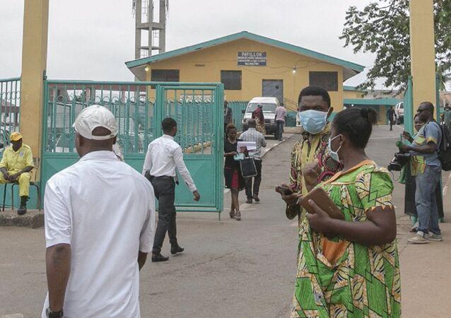 Des gens devant l'entrée de l'hôpital de Yaoundé